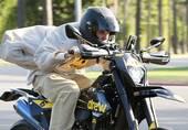 比伯街头帅气骑摩托