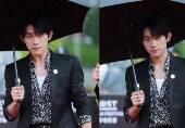 易烊千玺撑伞雨中走红毯