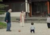 张纪中夫妇携两子踢球
