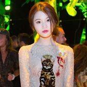 张慧雯首次亮相米兰时装周 蕾丝红唇化身古典俏佳人