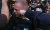 乌克兰:民众冲击政府大楼围殴警察
