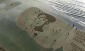 英民众在沙滩为死难者画像