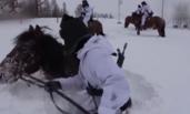 零下30℃ 边防官兵在齐腰积雪中巡逻