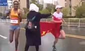 中国女将被志愿者递国旗干扰 痛失冠军