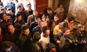 农民藏2000斤酒12年卖8万 引众人围观