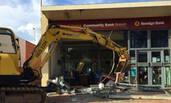 两男子开挖掘机抢银行
