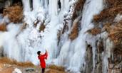 北京门头沟山泉水凝成山涧冰瀑