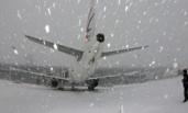 """山东烟台机场遭暴雪变身""""极地机场"""""""