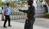 中国人在非洲  出门AK47相伴