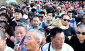 河南洛阳:万人龙虾宴