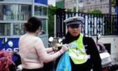 女子闯红灯被查 脱衣阻拦警察