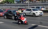 北京交警整治违规上路摩托车 车主闯卡倒地