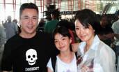 王中磊妻子晒旧照:夫妻俩机场送女儿泪眼婆娑