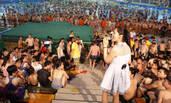 人气女主播和女团助阵音乐节 游泳池群男围观