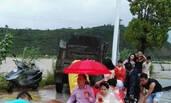 福建:台风中的婚礼台风袭击福建 新郎坐船冒风雨接亲