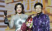 61岁刘晓庆高叉裙秀好身材 与雷恪生同坐热聊