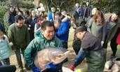 池塘鱼太多 学校捞鱼给师生加餐