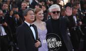 朱丽叶·比诺什亮相《玉子》首映红毯 尽显文艺女神范