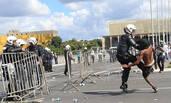 巴西民众示威游行现场 警察与民众肉搏