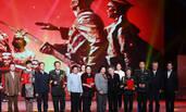 第24届北京大学生电影节:冯小刚成龙台上热拥