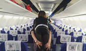 郑州机场空姐背女乘客下飞机