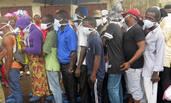 塞拉利昂泥石流致近400人死 民众排队认领遗体