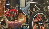 马伊琍带女儿逛街买单车 打扮成熟有女人味