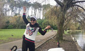 刘晓庆晒澳洲游玩照 与天鹅互动身体轻盈似少女