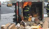 快递货车置身火海 消防钻入抢救