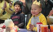 """走红的""""快递男孩""""过上生平第一个生日"""
