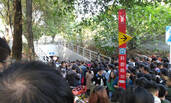 广州地铁站口被共享单车围堵后