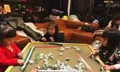 贾静雯女儿咘咘打麻将有模有样 翘着兰花指太萌了