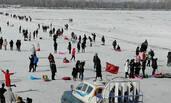 天热冰薄危险 数千游客冒险扎堆江面