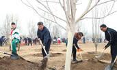 习近平参加首都义务植树活动画面