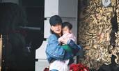 方媛抱女儿郭富城跟在一旁 宝宝正脸曝光神似靓妈
