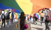 南京马拉松现场被彩虹旗包围