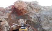 广西:100吨巨石突然跌落压扁挖掘机