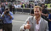 """哈里王子大婚难掩喜悦心情 """"准王妃""""与母亲抵达酒店"""