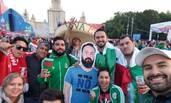 墨西哥球迷带朋友纸板看世界杯
