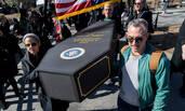 """纽约民众哀悼""""美国总统之死""""  抗议特朗普"""