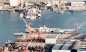 空中直击:国产航母下水后又装脚手架 紧张施工