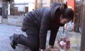 庭审前,江歌母亲前往女儿生前公寓祭拜