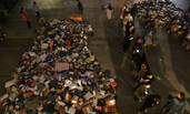 郑州:大学生夜幕下排队取快递