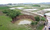 广西农村田地突现直径20米大坑