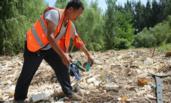 """因""""无法运走"""" 村主任将垃圾埋在河床"""