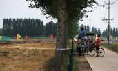 雄安:村民专程来观看高铁建设现场