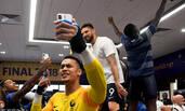 法国队夺冠 更衣室庆祝狂欢