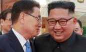 韩特使团抵达平壤 与金正恩贴耳交谈