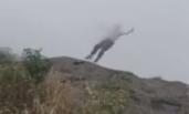 女子在峨眉山景区跳崖