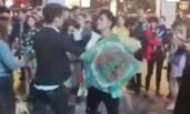 两男子求婚一女子当街互殴